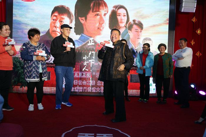《正阳门下小女人》进社区 与老北京人讲老北京事