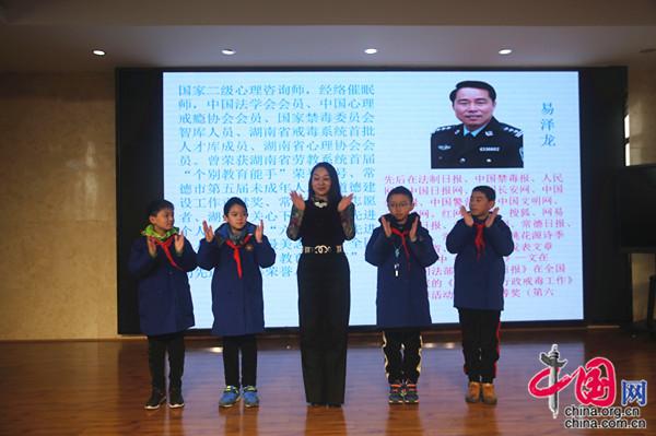 盛澜清老师示范引领拍手操 (2).JPG