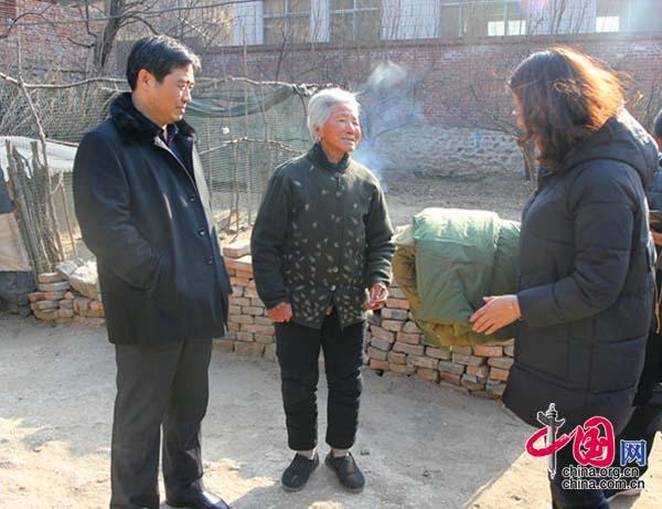 河北省承德县法院心系贫困户春节送温暖