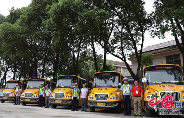 开学首日 常德市公安机关开展护学行动