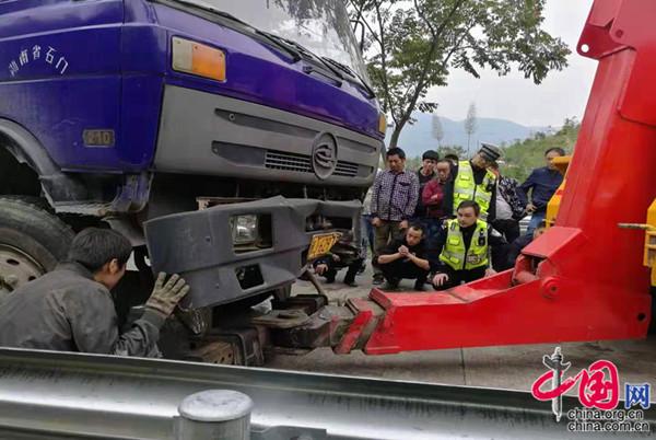 湖南石门:两车相撞 交警群众合力救援被困人员