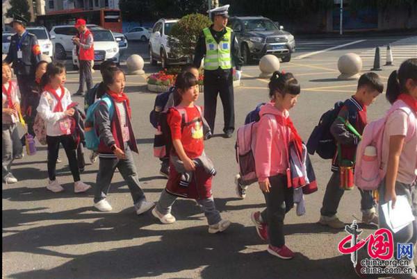 """柳叶湖交警坚守""""护学岗""""打造平安上学路"""