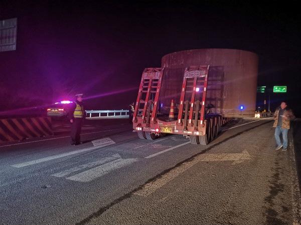 3辆超宽货车被卡 烟台海阳高速交警紧急疏导