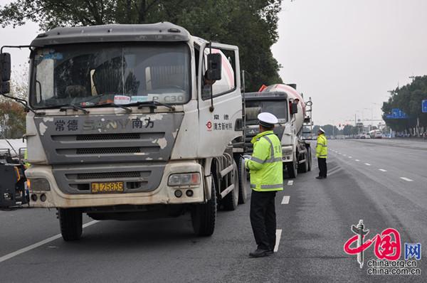 鼎城交警联合环保局进行机动车尾气排放检测